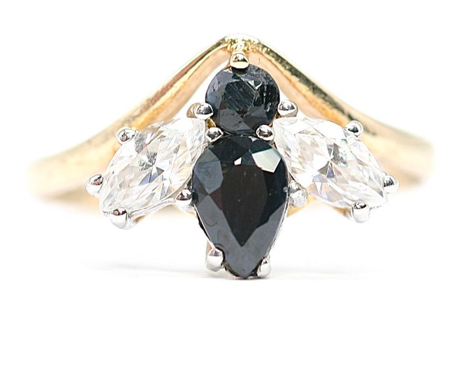 Stunning vintage 9ct yellow gold Sapphire and Cubic Zirconia 'Bee' ring - hallmarked Birmingham 1989 - size M 1/2 or US 6 1/4