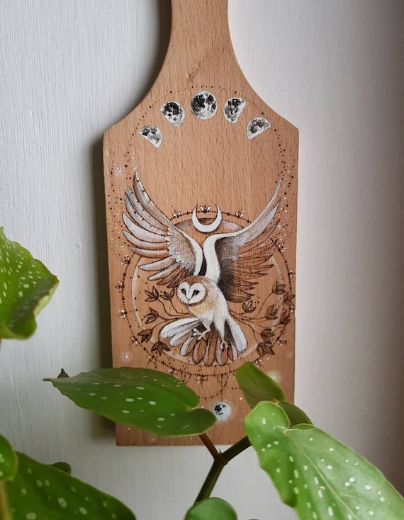 Barn owl in flight, pyrography on wood, ornate chopping board, gift idea, wall decoration