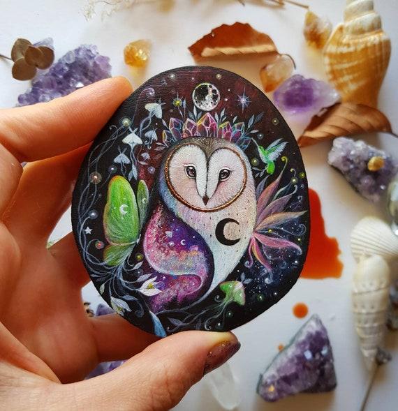 Owl of dreams, slice of painted wood, Barbagianni painting, magical hummingbirds, animal spirit, painted on wood, gift idea