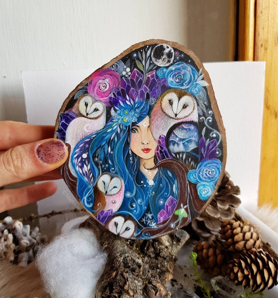 The queen of owls, slice of painted wood, painted barbagianni, crystals, animal spirit, painted on wood, gift idea