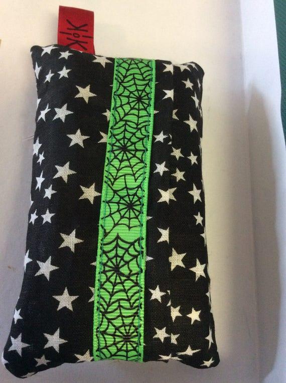 Étoiles dans la poche de tissu noir avec tissus