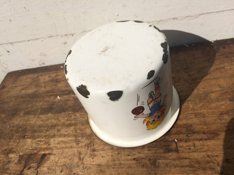 MILKCUP HEAT Pan Girl FOOTBALL Picture Enamel coated Instant Shabby Retro,Soccer White Black  Pen Pot Collectors Cup Travel Gear Vintage
