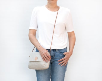Linen crossbody bag in natural color, Zippered crossover bag, Small purse for summer, Linen raw bag with leather strap.