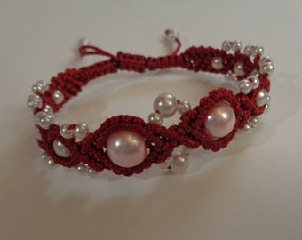 Macrame bracelet made of silk string and pearls