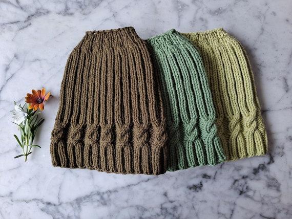 Knitting pattern: messy bun hat. Hat knitting pattern. Ponytail hat pattern. Knit hat pattern. Simple Cable Messy Bun Hat knitting pattern.