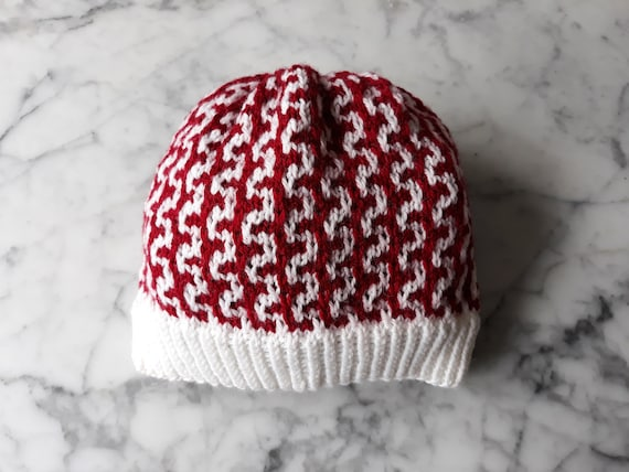 Handknit hat in organic wool: red and white knit beanie. Made in Ireland. Natural fibres. Eco-friendly hat. Knit beanie hat. Wool knit hat.
