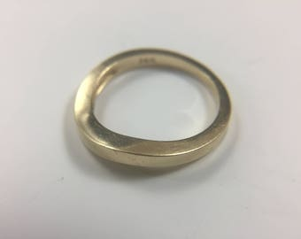 14K yellow gold curvilinear ring band, size 6, weight 2.6 grams