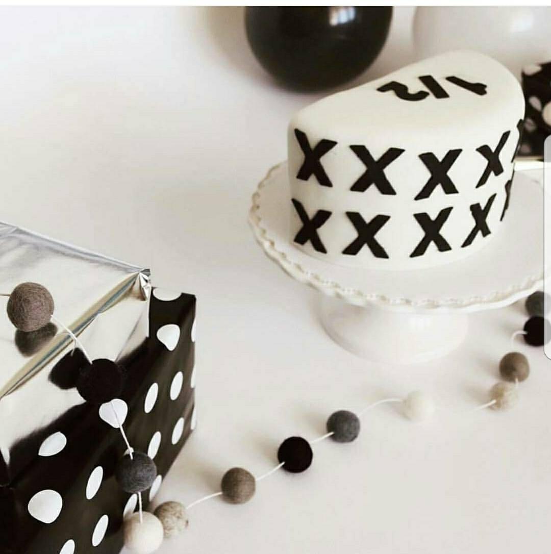 monochrome feltball guirlande pompon garland d cor de etsy. Black Bedroom Furniture Sets. Home Design Ideas