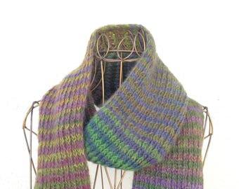 17022 - Handknit scarf.