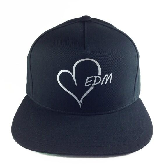 Logotipo de EDM corazón negro y plata llevar gorra de béisbol  07e035161c8