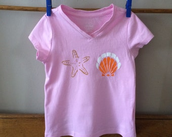 Pink with stenciled starfish and seashell T-shirt, Little Girls xs 4/5 V-neck