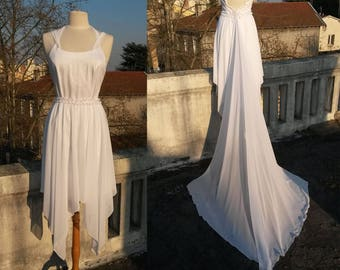 Short wedding dress and its asymmetrical overskirt and detachable chiffon train