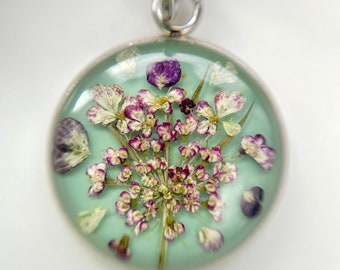 Genuine flowers necklace, Classic look flower pendant, Soft green necklace with real dried flowers, Nature necklace, Gift for lady