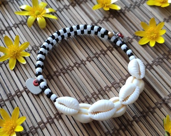 Black and white striped shell bracelet with heart charms. Jewelry shells and charms. Bracelet in curds and glass beads.