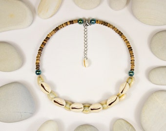 Short necklace of shells and wood slices