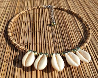 Neck collar in shells and wooden beads. Sa neck ras cauris natural tones. Jewel in seashells. Natural jewelry. Choker curds