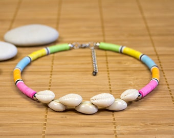 Multicolored neck collar adorned with Polynesian shells. Multicolored cauris necklace. Heishis neck ras. Jewel surfer. Rainbow