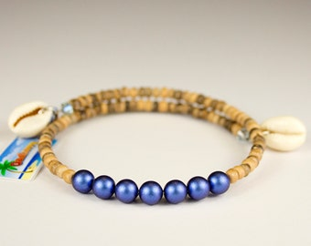 Tahitian shellfish bracelet, wood and iriish blue beads. Bracelet spring-summer 2019. Cauris. Shape memory to charms.