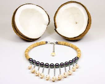 Collar in Tahitian shells iridescent beads and light wood washers. Ras of polynesian seashells. Tahitian style necklace
