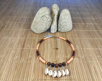 Short bull's eye necklace and Polynesian seashells. Low neck fine stone and shells. Necklace made of fine stones and cured.