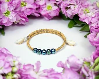 Memory bracelet with iridescent beads, wood and seashells. Charm bracelet. Chic ethnic jewel with seashells. Polynesia