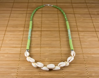 Green mid-length shell necklace. Necklace in cured. Green jewel heishis and seashells. Jewelry in seashells. Jewelry woman st-valentine