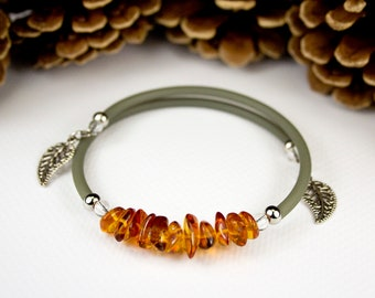 Baltic Amber memory bracelet with khaki cord. Autumn color bracelet. Trendy bracelet. Jewelry in Amber. Charms