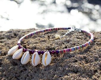 Multicolored thin neck ras with seashells, short curouris necklace, multicolored heishi jewelry, heishi necklace and seashells, trend 2019