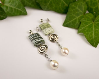 Jaspe earrings in green zebra and freshwater pearls. Jewelry jasper and pearls. Earrings stones and pearls. Stone jewelry