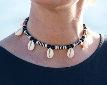 Black and white striped neck ras with seashells, heishi cauris jewelry, two-tone short necklace with stripes and shells, trendy neck shaves