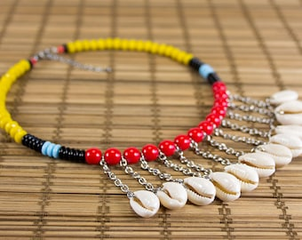 Short necklace shells in multicolored version charms. Ras of neck cauris. Collar plastron seashells. Ethnic shell jewelry