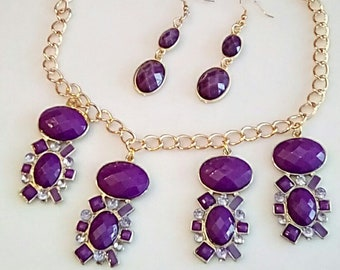 Flower shaped Purple Necklace. Clear Crystals trim. Gold Chain Necklace. Dangling Purple Oval Earrings. Purple Gold (SKU UV2FPP713)