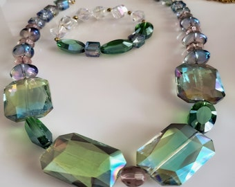 Green crystal flat beads; green crystal round beads, clear and green bead bracelet  (SKU# UV2P4006)