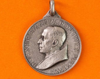 French vintage religious medal commemorating Pope Pius XII by Aurelio Mistruzzi - Saints Year 1950