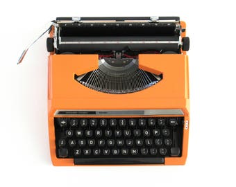 Silver-Reed 100 working typewriter made in 1976. 1970's Orange typewriter, Silver Seiko Co Japanese QWERTY writing machine #70AG893K6