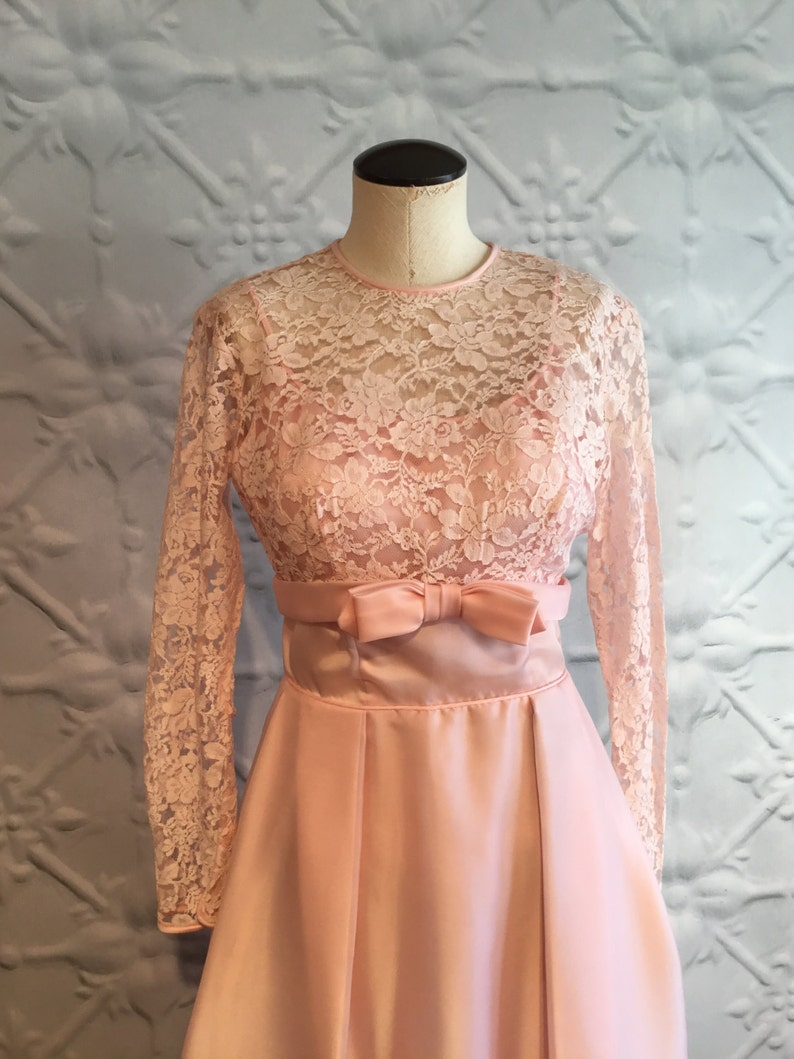 1960er Jahre rosa Abendkleid mit abgeschnittenen Spitzen
