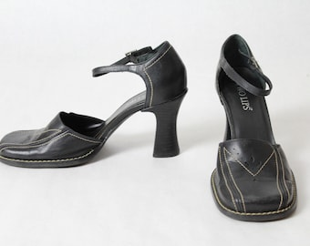 c3605af3a73 2k Black Leather Pumps Mary Janes Retro Vintage Strappy Heels 90 s Two Lips  Size 7 1 2 Medium