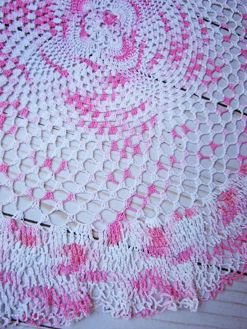 Beautiful Handmade Vintage 1940/'s Pink /& White Ombre Variegated Doily  17 12 Diameter