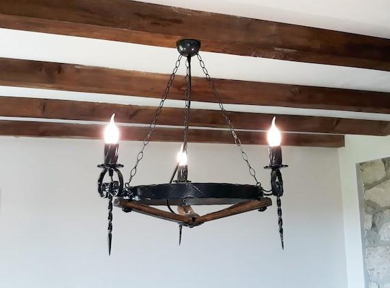 Lampadario Plafoniera Rustico Ferro Battuto : Lampadario rustico ferro battuto e botte di vino doghe