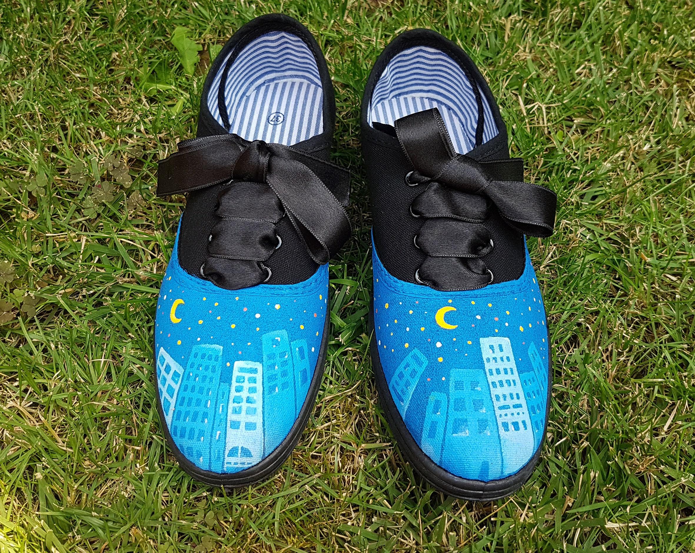 17898110bdd44 Ręcznie malowane sneakers noc z satynową wstążką | Etsy