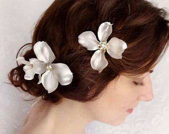 white flower hair pins, dogwood flower, bridal hair pins, flower hair clips, rhinestone hair pins, flower hair clip, wedding hair piece