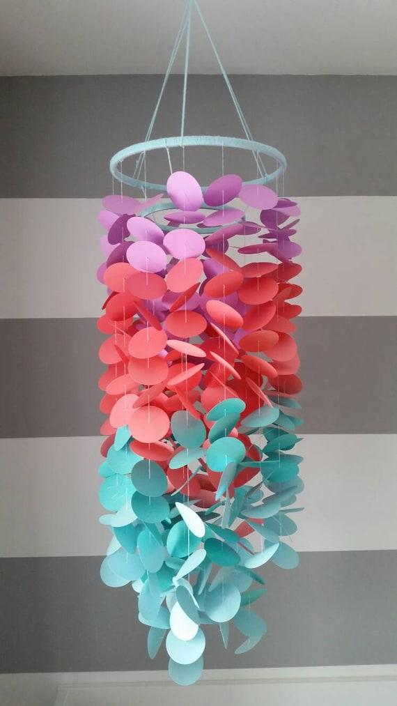 Mobile en papier pour une chambre de fille. Mauve lilas rose corail  turquoise aqua menthe bleu pâle. Mobile décoratif chambre d\'enfants.