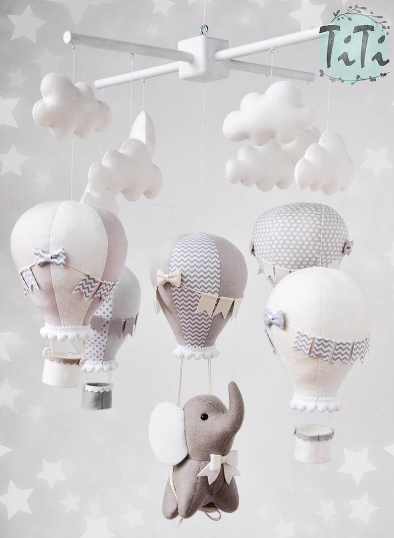 Très joli mobile montgolfière éléphant dans les tons gris - Créatrice ETSY : TiTics