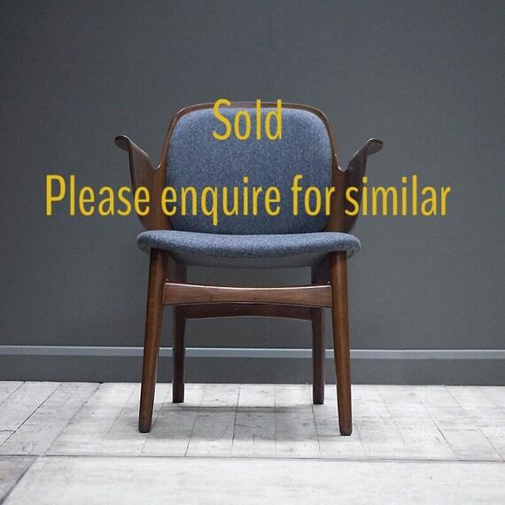 A grey shell chair, model 107. Hans Olsen for Bramin Mobler