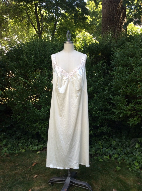 5db18ce9f8e 1980s Volup Vanity Fair Nightgown   80s XL Beige Embroidered