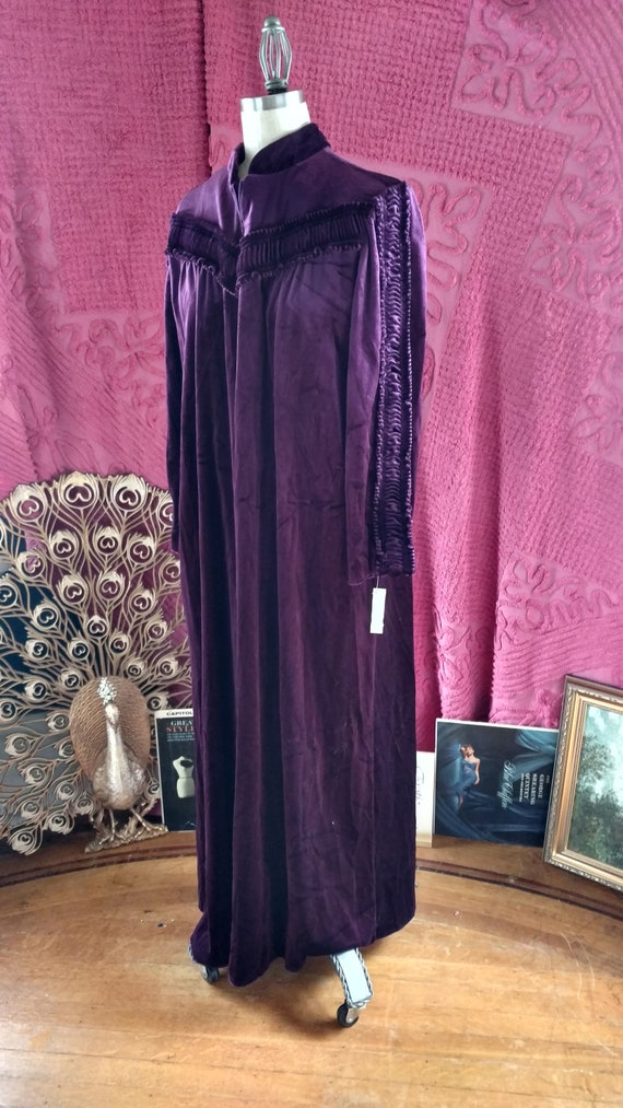 1960s Decadent Plum Housecoat . Lisanne .- volup /