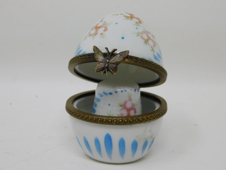 Porcelain thimble with its storage egg