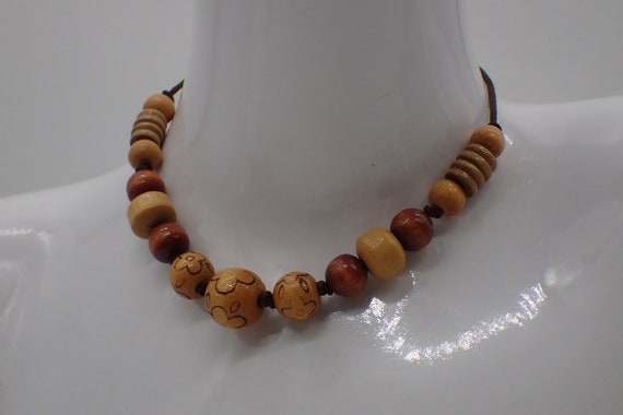 Modern. Elegant Graduated necklace of blackened wooden beads with carved grooves