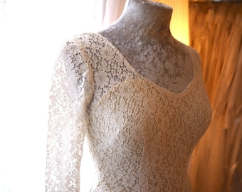 Adorable 50's tea length vintage lace wedding dress. Small fitting approx size 6ish UK, very lovely cotton lace, scoop neck and long sleeves