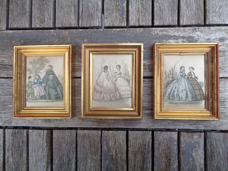 3 miniature frames in gilded wood and silk cushion, women in period dress,  Parisian fashion décor, set of small gilded frames, France 1940